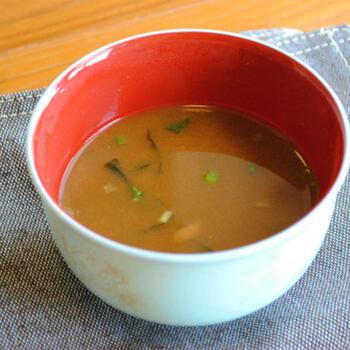 生味噌タイプのインスタント味噌汁に、インスタントコーヒーを少し入れると、味わいが深まるとか。カップスープにも合うそうです。ちょっと試してみたいですね。