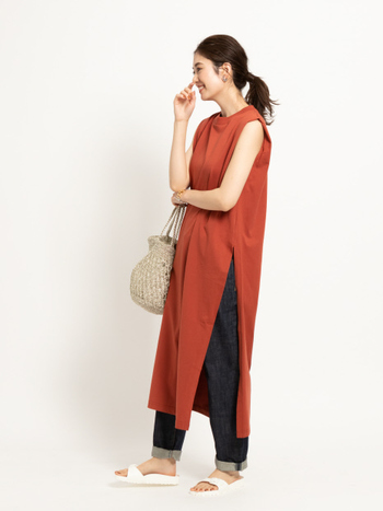 サイドに入った深いスリットが大人っぽいノースリーブワンピース。テラコッタ風のオレンジ色は日本人の肌色にも似合いやすい色。カジュアルパンツやレギンスに重ねて、スタイルよく着こなしましょう。