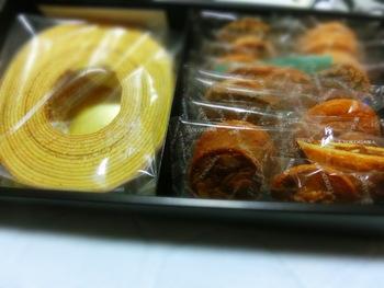 いろんなものを少しずつ食べたい方は、ギフトボックスがおすすめ。こちらは、一本ずつ丁寧に職人さんが焼き上げたバームクーヘンと、さまざまなクッキーの詰め合わせです。毎日少しずつ食べるのも楽しいですね。