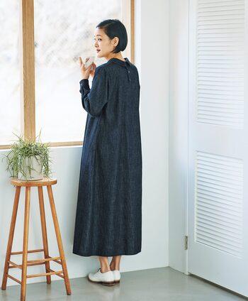 カジュアルに気取りなく着こなせるデニムワンピース。首回りにぐるっと付いた小さな襟がとても洒落ています。アクセサリ―なしでも十分!かわいらしくて大人っぽい雰囲気あるデザインが魅力です。