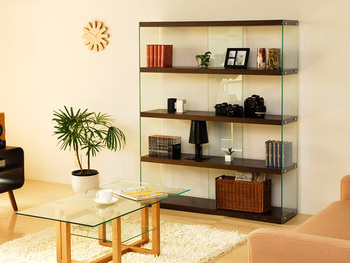 形は普通の本棚でも、ガラス製の飾り棚なら印象が様変わり。好きな本を厳選して、魅力的に収納を。ガラス製で圧迫感がないから、お部屋にすんなりと馴染みます。本とあわせて、お気に入りアイテムを飾るのにもいいですね。