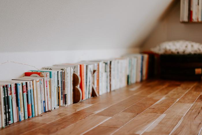 棚や収納グッズがなくても、ブックエンドを置けばそこは本棚。お気に入りのブックエンドを買って、部屋の好きな場所を本棚に変えてしまいましょう。こちらのお部屋のようにずらりと本を並べるのもいいですね。テープカッターやペン立てなど重みのあるステーショナリーを使えば、本来の役割+ブックエンドの役割を果たして機能的。オリジナルのアイデアが光る収納方法ですね。
