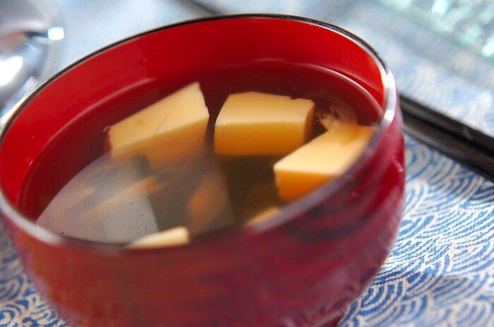 もともと味がついている卵豆腐と、茎わかめ、味のアクセントとしてミョウガをプラスしていただく、醤油ベースのお吸い物です。二日酔いの日の朝などで、こういうシンプルな味はとっても美味しく感じますよ。