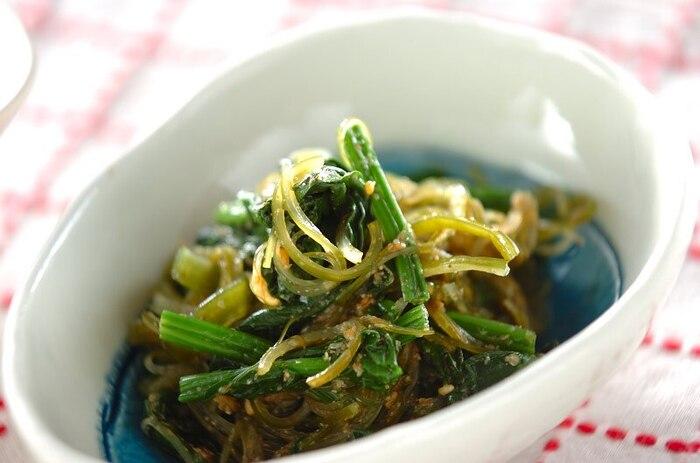 ホウレン草の胡麻和えのような感覚で、茎ワカメも一緒にいただく一品。一人分たったの65カロリーなのに、栄養はしっかり摂れる、ダイエット向けの副菜にもおすすめです。