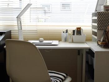 窓際の明るい場所にデスクを置くと、朝から気持ちよく作業ができてモチベーションもUP!気分が乗らない仕事や勉強のやる気を出すためには、心地いい場所にワークスペースを作ること大切です。