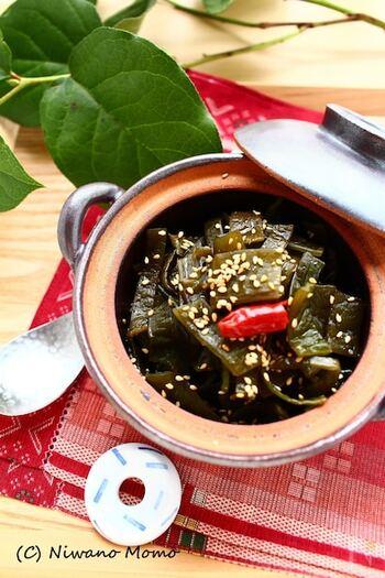 こちらは、ご飯のお供というよりは、箸休めに合う味わい。だし汁で煮込んでつくる「茎わかめの佃煮」です。  煮る前に、「ごま油で茎わかめを炒める」というひと手間を加えても美味しいそうですよ。ぜひ試してみてくださいね。
