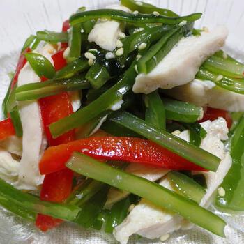 上でご紹介した「茎わかめと春雨の中華風サラダ」のように、こちらもオリジナル中華ドレを作って和える、低カロリーのダイエットサラダレシピ。  鶏胸肉でたんぱく質をプラスして、より栄養素的に優秀です。鶏胸肉ではなく、ささみを使っても◎