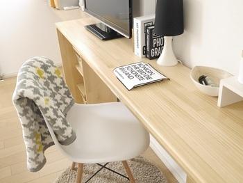 ホテルでも見かけるような、テレビ台とデスクが一体型になったものなら、家具をたくさん揃えることなくワークスペースが完成します。ワンルームなど限られた空間にワークスペースを作るときにおすすめのテクニックです。横幅が広くても奥行きが小さいデスクなら圧迫感が少なくて◎