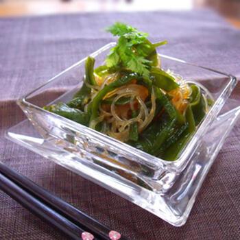 こちらは、オリジナル中華風ドレッシングを作っていただく茎わかめサラダです。  お酢と梅肉が加わっているので、さっぱりとした、病みつきになる味わい。春雨でかさをふやしていただく、低カロリーのダイエットレシピとしても優秀です。