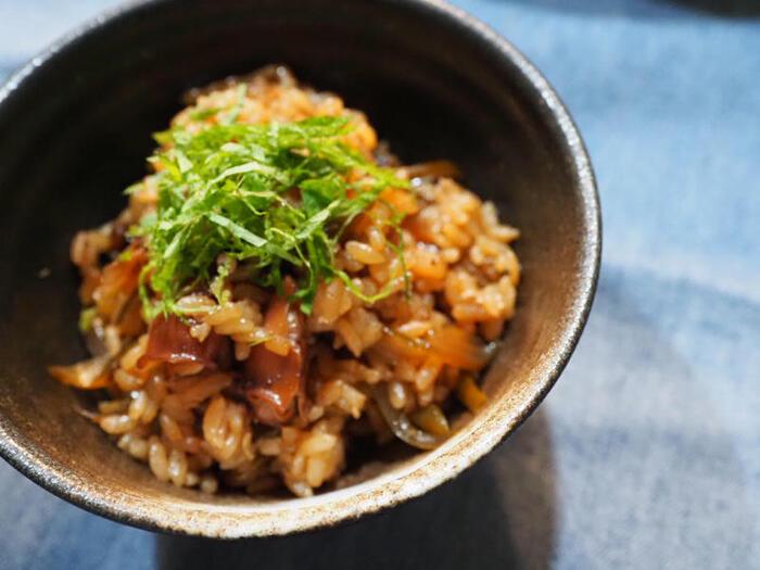 茎わかめは、佃煮レシピが豊富なことから分かるように、ご飯と相性良し!  昆布のような感覚で、茎わかめでつくる炊き込みご飯もとっても美味しいですよ。ホタルイカの旨みも相まって、贅沢な海の味を堪能できます。