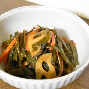 茎わかめとごま油は相性抜群で、炒めものにぴったり。  こちらの「茎わかめの炒め煮」は、ごま油で、蓮根といった野菜&茎わかめをさっと炒めてから、汁けがなくなるまで煮詰めた一品です。食感が残る程度に、ささっと炒めるのが、美味しい煮物になるポイント。