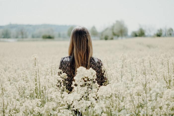 起きた事象と感情や行動の間には、その事象をどう捉えたかという「認知」があります。この認知がゆがんでしまうことで、感情や行動がマイナスな方向に向かってしまうのです。  先ほどのメールの例だと次のような認知です。 【連絡がない(事象)→嫌われている(認知)→悲しい(感情)】  認知のゆがみを修正すると、次のように変化できます。 【連絡がない(事象)→連絡できないほど忙しい(認知)→心配(感情)】