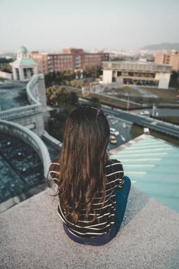 「嫌われる勇気」という本で広く浸透したアドラー心理学。その中の「課題の分離」も、人の目を気にしない自分を育てるのに有効ですよ。他人の評価を気にして、求められたことを断れない。それはもしかしたら、自分の課題と他人の課題がごちゃごちゃになっているのかもしれません。