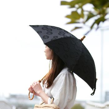 シックな黒の中に、ジャガード織りの花柄が浮かび上がる日傘。大人も使える可愛さが魅力です。竹の持ち手には輪っかが付いていて、腕に通して持ち運べるようになっています。両手が空くので便利ですね!