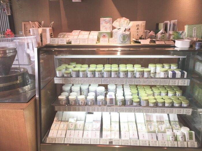 元禄年間から続く「丸久小山園」は、栽培から製造まで一貫して手掛ける老舗のお茶園です。全国茶品評会で何度も農林水産大臣賞を受賞するほど、品質本位の茶づくりにこだわっています。