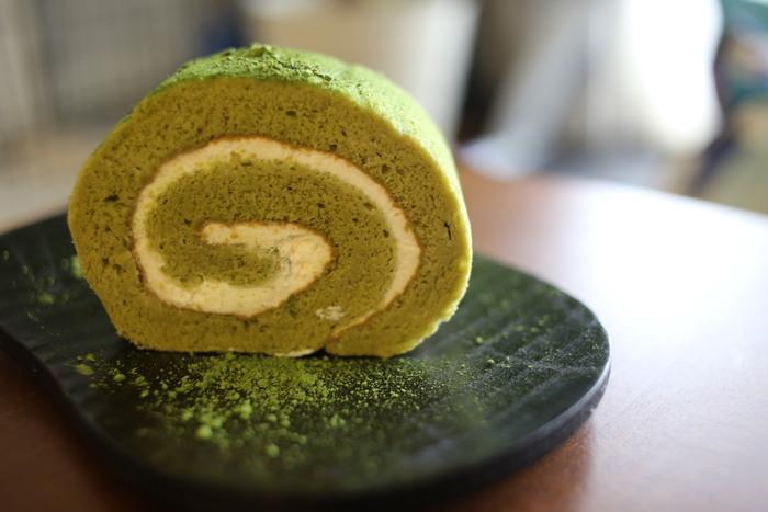 天保3年(1832年)創業の「伊藤久右衛門」。有名寺院でも使われているお茶を使った和スイーツは、京都を訪れたら一度は食べたいというファンもいるほどの人気。 もっちりした生地に北海道産の純生クリームをふわりと包んだ「宇治抹茶ロールケーキ」は、ほろ苦い抹茶スポンジとコクのあるクリームが絶妙なバランス。あと味がすっきりしているので、ご年配の方にもおすすめです。