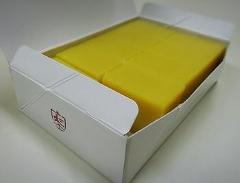 明治35年(1902年)創業の「舟和」は、言わずと知れた浅草を代表する老舗の和菓子店。こちらの「芋ようかん」は、原材料がさつまいもとお砂糖、少しの食塩だけとシンプル。ホクホクとした素朴な甘さで、日本茶との相性も抜群です。