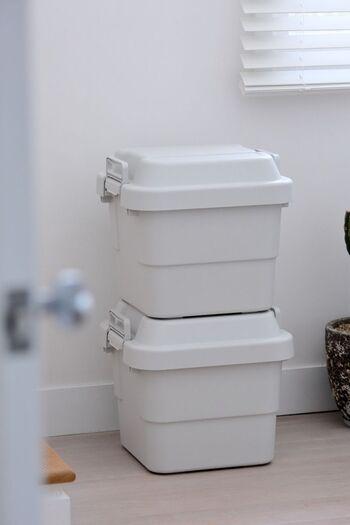 収納家具の代わりとして使いやすいのは、外で使えるほどタフ、そして重ねられるコンテナ。  大小さまざまなモノを収納しやすく、使用頻度の高いほうを上に置けば、管理も楽に。  無印のポリプロピレン頑丈収納ボックスは、収納力もあり、来客時のベンチ代わりにもなるので、リビングにぴったり。