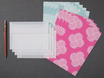 新しい手ぬぐいのかたちを提案する「hirali(ヒラリ)」の手ぬぐい柄をモチーフに。七夕で使われる季語・願の糸(ねがいのいと)という名前の付けられたこちらの柄は、これからの季節に使う機会が増えそう。