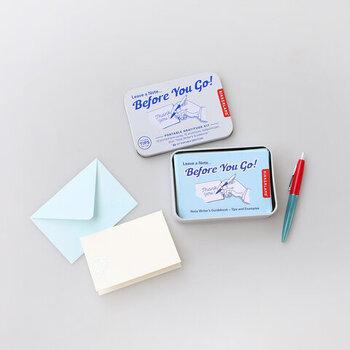 おしゃれな缶にメッセージカードと封筒が入った、コンパクトなレターセット。おそろいのペンもついてきます♪ちょっとしたお礼を添えるのにちょうどいいサイズ感。