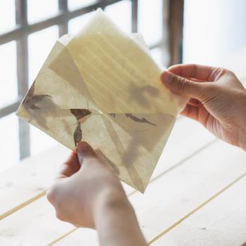 便箋、一筆箋、そして封筒が箱に入った、高級感のあるレターセット。300年もの歴史がある「名尾てすき和紙」で作られ、うっとりとするような透け感が夏らしさを演出します。
