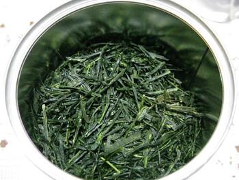 最高峰の玉露「瑞香」は、その名の通り豊かな香りが特徴です。お湯の温度を45~55℃になるまで冷まし、急須に注いだら約1分半~3分待つのがおいしさの秘訣。玉露独特の深い旨みを堪能できますよ。