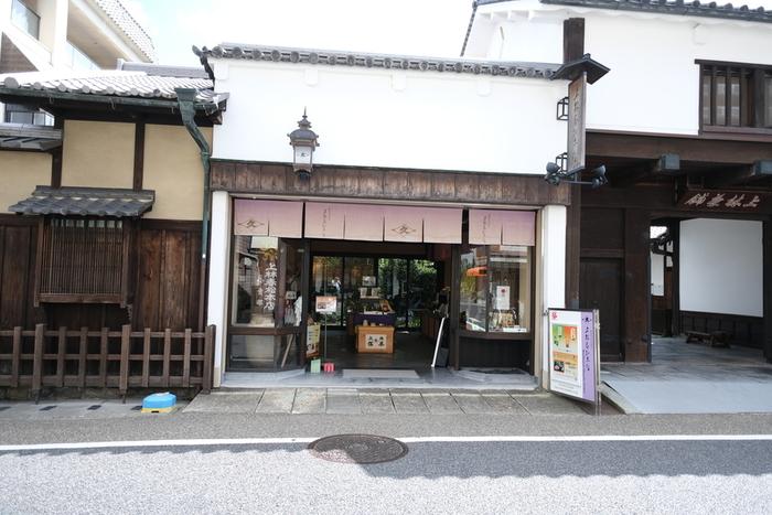 永禄年間から、京都・宇治で十四代続く上林春松家。江戸時代には、御茶師の最高位を与えられ、幕府や諸国大名の庇護を受けてきました。そんな由緒ある日本茶を味わってみませんか?