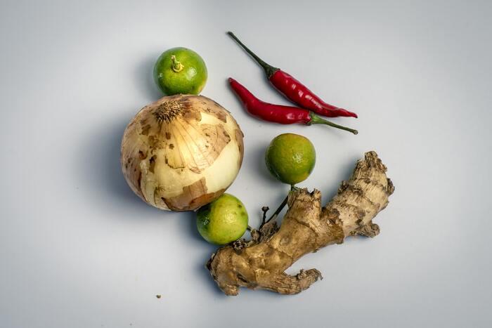 薬膳ではすべての食材の味を「甘・辛・苦・酸・鹹(塩からい)」の5つに分類します。甘い食材は、気を補いエネルギーの源に。ピリリと辛い食材は水の巡りがよくなり、内臓を元気にするので、寒い季節ぴったりです。苦みのある食材は身体にたまった過剰な水分や熱を冷ましほっとリラックスさせます。酸っぱい食材は、水分の排出を防ぎ、胃腸の消化を助けてくれるのでおなかの弱いひとにおすすめ。塩からい(鹹)食材は酸っぱい食材とは逆で水分の排出を促して便秘の改善を助けてくれますよ。