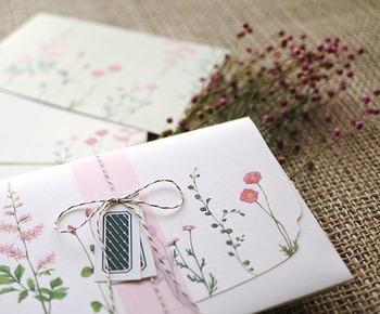 お花を添えるように手紙を送れる、ボタニカルデザインのレターセット。シンプルなお祝いの言葉が映える、クラシカルで華やかさが素敵です♪