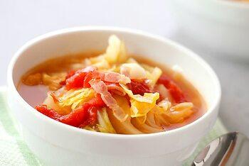 キャベツがたっぷり入ったスープは、栄養満点で食べ応えもバッチリ。春キャベツを使えば楽に火が通るので、忙しい朝でも簡単に作れます。