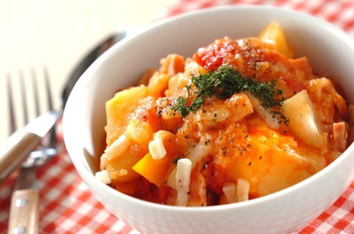 ポトフは本来、あっさりした優しい味が特徴ですが、トマトやチーズを加えることでしっかりした味付けになります。厚切りベーコンが入っているので、食べ応えもバッチリ。土鍋で煮込むとおいしく仕上がりますよ。