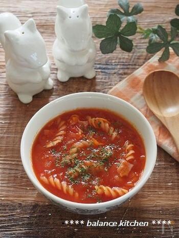 """じっくり火を通さないと抜けにくいトマト缶の""""酸味""""。そんな酸味を短時間で和らげるために、こちらのミネストローネには少量のはちみつが入っているんです。長く煮込まなくてもおいしく仕上がるので、とっても効率的。早ゆでパスタを使うとさらに楽チンですよ。"""