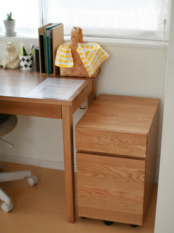 学習机でも定番のワゴン。デスク周りの細々したものや書類をスッキリしまっておけて、ホコリも入らず便利です。天板部分は物を置くスペースとしても活用できます。