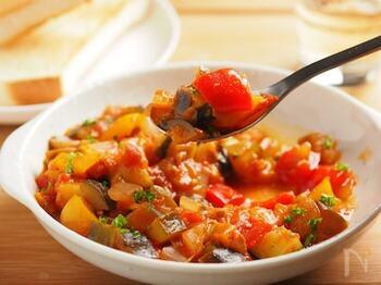 刻んだ野菜とトマト缶をじっくり煮込んだ「ラタトゥイユ」。野菜だけとは思えないほど、しっかりしたダシが出ます。まとめて作って冷凍しておけば、トースト・パスタ・ステーキソースなどに幅広く使えます。