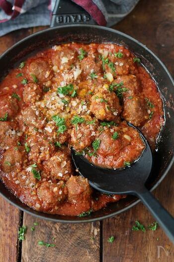 たっぷりのトマトソースで煮込んだミートボールは、デリのメニューのようにおしゃれでおいしそう。ミートボールに小麦粉をまぶすことで、ソースにとろみが付くそうです。パスタにアレンジするのもおすすめですよ。