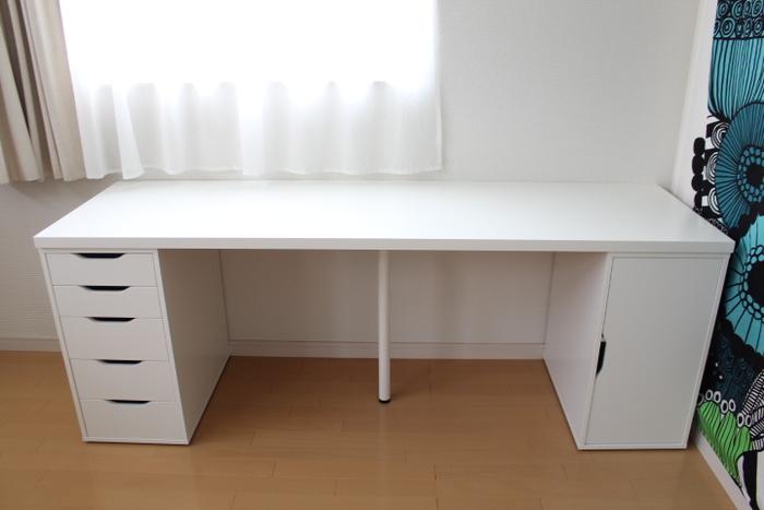 ワークスペースの必須アイテムといえばデスクですね。ダイニングテーブルやローテーブルと違い、専用の場所なので使いやすい大きさであることが大切。ノートパソコンを広げるだけなら小さなデスクでも◎一方で裁縫など広い作業スペースがいるなら大きなデスクがあると使いやすいですね。