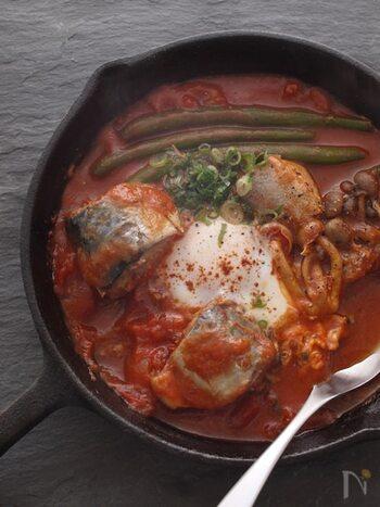 サバ缶・トマト缶・野菜を軽く煮込んだら、最後に卵を投入。一皿で栄養満点のメイン料理が出来上がります。スキレットを使うと見た目もおしゃれになりますね♪