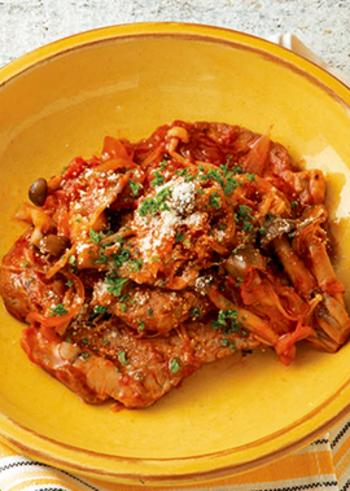 厚切りの豚肩ロース肉を使ったトマト煮込みは、たくさん食べる男性にも満足してもらえるボリュームです。ガーリックオイルを香り付けに使えば、にんにくを刻む手間が省けます。