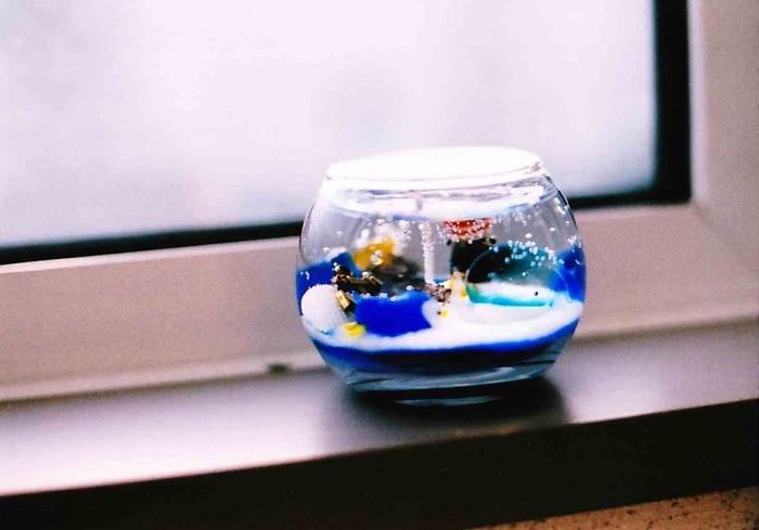 カラーサンドを敷いて、魚・ぺンギン・貝殻などを入れると海の世界をギュッと詰め込んだゼリーキャンドルに。気泡があることで海らしさがぐっと増して、清涼感が伝わってきます。自分の好きな世界観を詰め込んでみましょう♪