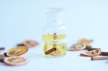 音の出るキャンドルは、香りのバリエーションも豊富です。甘く繊細なイランイランや、お菓子のようなオレンジシナモン、清々しいヒノキ、リラックス感溢れるラベンダーなど、さまざまな種類があります。気分によって、異なる香りのキャンドルを使い分けるのも良いですね。