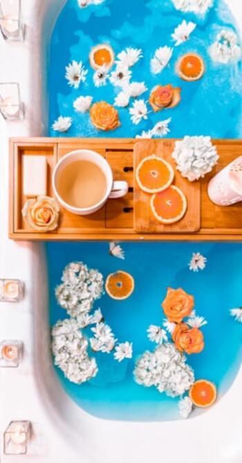 例えばハーブティーなら、ドリンクと一緒にハーブの香りを満喫できます。オレンジやレモン、グレープフルーツなど、香りがする飲み物や食べ物を持ち込めば、フレッシュな香りに癒やされそう。この時も、バステーブルがあると置き場所に困りませんよ。