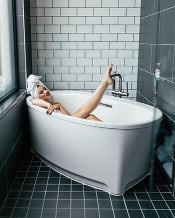 一人でゆっくりと過ごす入浴タイムは、普段なかなか時間が作れないお肌のケアを念入りにするのにもってこいの時間。ピーリングジェルやボディソルトを使って、お肌の角質までアプローチし、汚れをきれいさっぱり取り去りましょう。顔や全身のマッサージにもなって一石二鳥です。