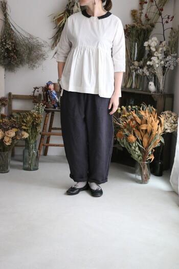 襟付きのコットンプルオーバーは、パンツスタイルでも可愛らしい雰囲気のコーデに。ウエストラインからフレアが広がっているので、お腹周りの体型カバーにも◎
