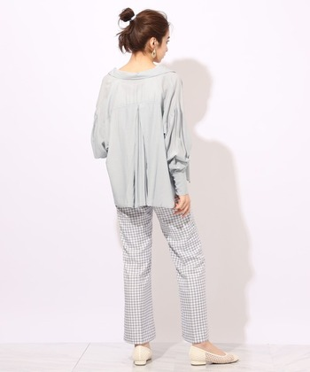 バックプリーツでほんのりフレアを利かせたブラウスシャツは、さりげないデザインがセンスを感じさせる1枚です。お手持ちのパンツやスカートなど、色々なコーデとマッチするので、着回しできるところもgoodですね。