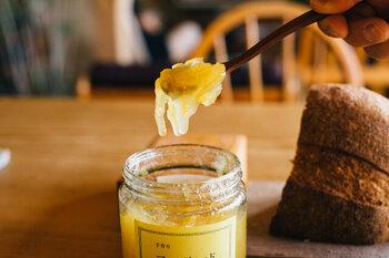 無農薬の甘夏と白砂糖だけを使ってつくられたシンプルで素朴な味。甘夏の持つ酸味・苦味・トロみを最大限に生かし、甘さ控えめ。飽きがこずに毎朝食べたくなる風味です。