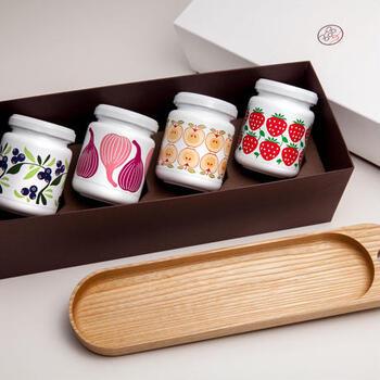 フレーバーことに描かれた瓶の絵柄も、北欧風でとってもかわいい!国産無垢材を使用した木製トレー付きで、プレゼントにもぴったりです。