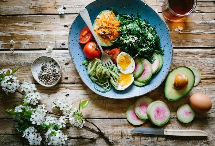 どうしても間食がしたい!というときには低糖質のものをちょっとだけいただきましょう。特に、無添加のナッツやドライフルーツは栄養も豊富で、ダイエット中のおやつにぴったり。とはいえ、たくさん食べてしまってはダイエットにならないので、ほんの少しだけ、よく噛み味わって食べましょう。
