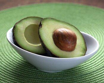 アボカドが通称「森のバター」とも呼ばれているのは、果肉の約20%が脂肪分だから。ですがダイエット中の方もご安心を。アボカドに含まれる脂質の大半は不飽和脂肪酸で、皮下脂肪にはなりにくく血液をサラサラにする効果もあるのです。