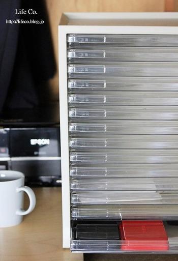 書類や文房具を一目でわかるように収納するなら、レターケースがあると便利。それぞれの段にラベリングしておけば、どこにしまえばいいのか一目瞭然。使う時もスムーズなので仕事の効率がアップします。細かな文房具を収納するなら、ケース内を仕切っておくと◎