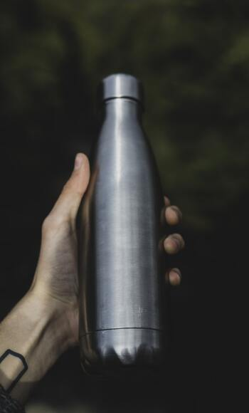 一日に飲むべき水は1.2Lほどといわれています。水をしっかり飲むことで、空腹感を抑えたり、代謝を上げたりと、ダイエットに嬉しい効果もたくさん。外に出かけている時間が長い人は、マイボトルの中にお水を入れていつでも水分補給できるようにしましょう。